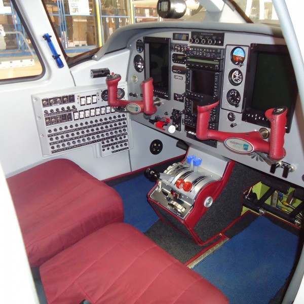 Vulcanair P68C Cockpit em Vermelho